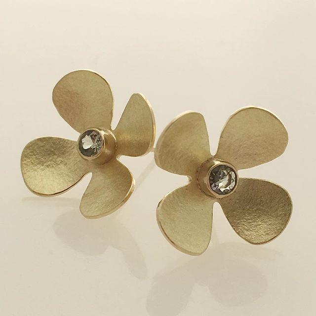 Wait ... how many days til #xmas?  #jewelrygifts #earrings #18k #flowerjewelry #lagunabeachjewelry