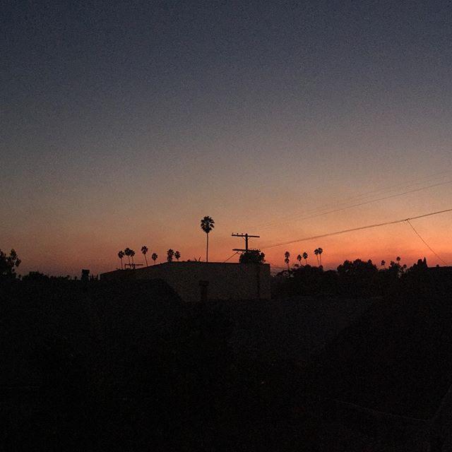 Scary fire skies in LA. Santa Ana time......#newnormal #terriblebeauty #sunset #wildfire #globalwarmong #aftertherain #fall #skyline #venicebeach #fire