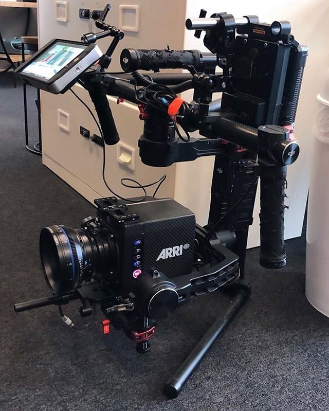 Nice little setup with the Alexa Mini, Zeiss CP2's, WCU4/Cforce and Ronin for an interior shoot. Vlock clamped on the top bar with a rod taking more weight of the motors 🤙🏻