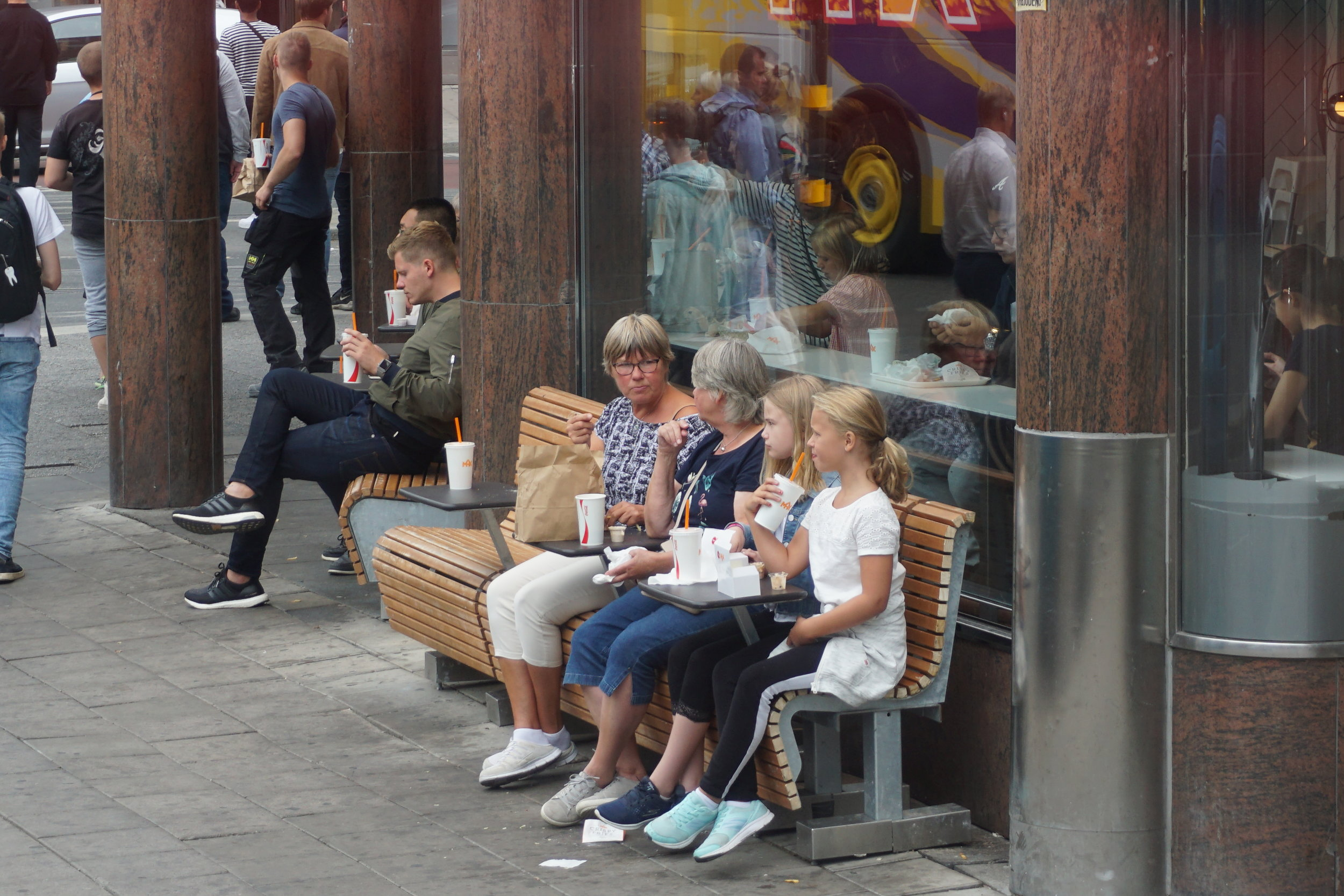 Fast food restaurant seating outdoors
