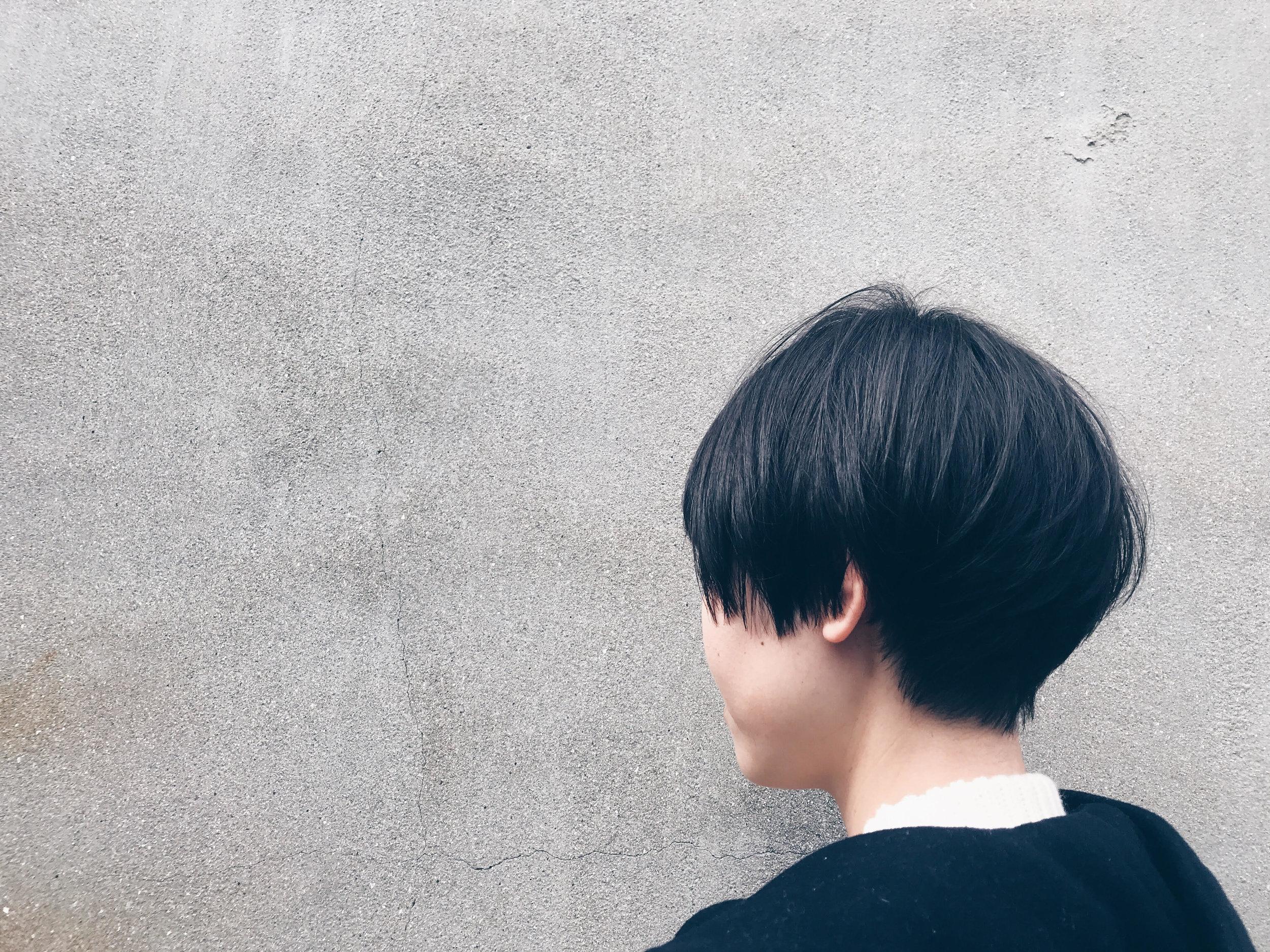 ミディアムからのショート!  カラーも少し明るめに褪色した毛に、イルミナカラーの暗めの青を入れています。少しわかりずらいですが....    そして私もバッサリ!