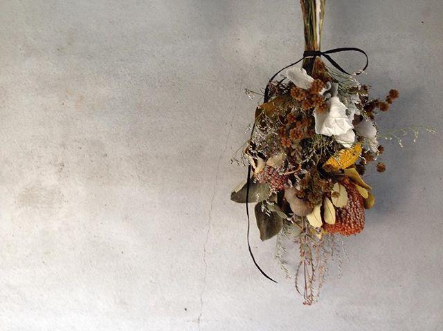 . toshie fukoka 花のwork shop . . . 暑さは、まだまだ残りますが、朝晩の風は爽やかで心地良く秋が少しずつ近づいて来ているのを感じます。 お花の世界でも少しずつ秋の訪れを感じる頃です。 暑い夏を超えた風合い豊かたな色合いの草花を使いこの時季ならではの色合いのスワッグをお作り頂けます。 . *9/28(金) *11:00〜13:00 定員6名 *参加費 5900円 *場所  シェアサロンannex (お茶お菓子付き) お菓子 emif さんに秋らしいお菓子お願いしています。@emif_green @yana_cafe *参加のキャンセルは、3日前までにお願いします。3日過ぎると料金をお振込いただいて、ご自宅にお花お届けします。 *ワークショップの参加受付。 . hana_no_nukumori  インスタダイレクトメールか Igmail→tiedeur.fuku@gmail.comにお願いします!