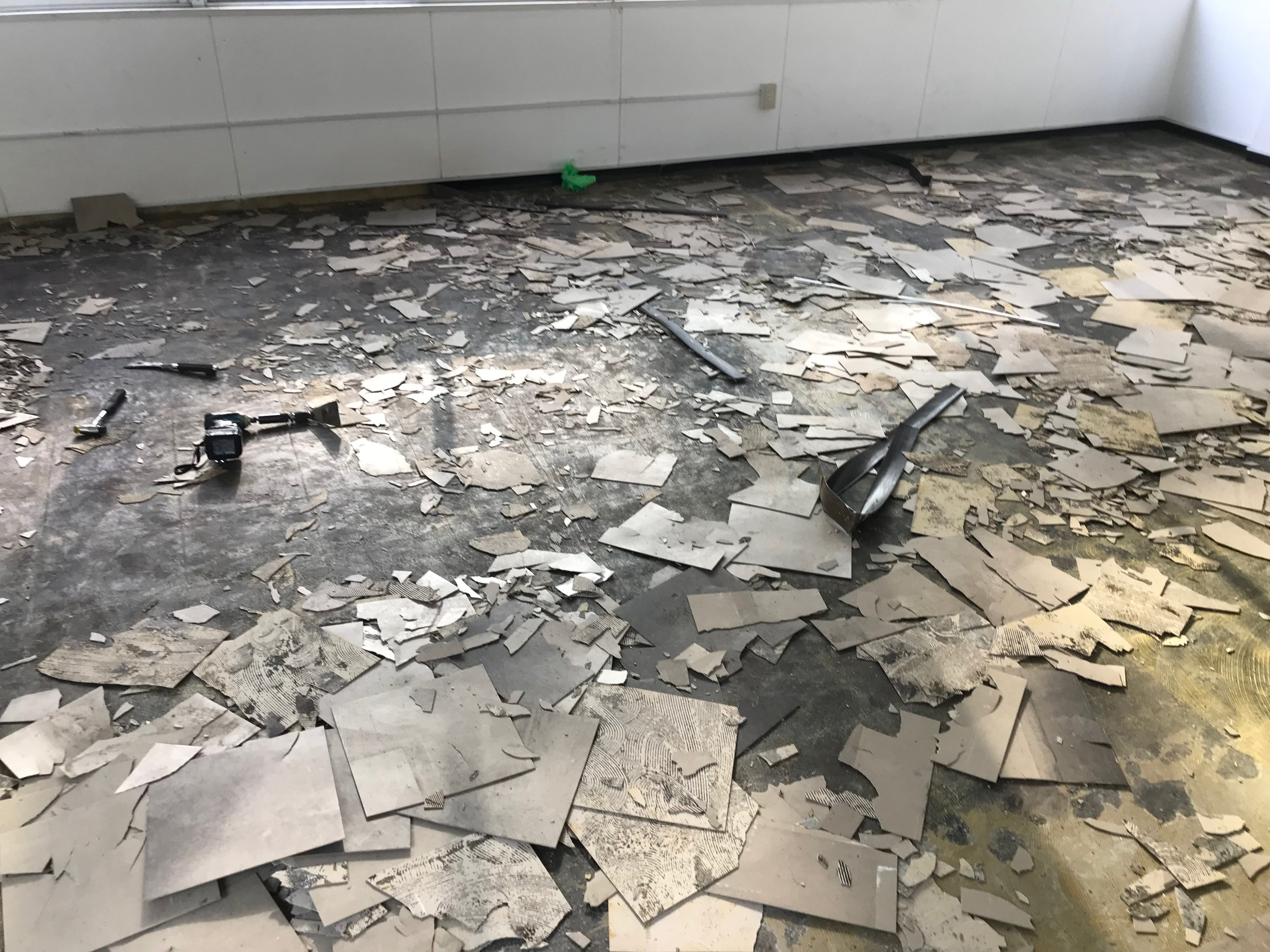タイル張りだった事務所物件をトンカチとヘラでバラしました。