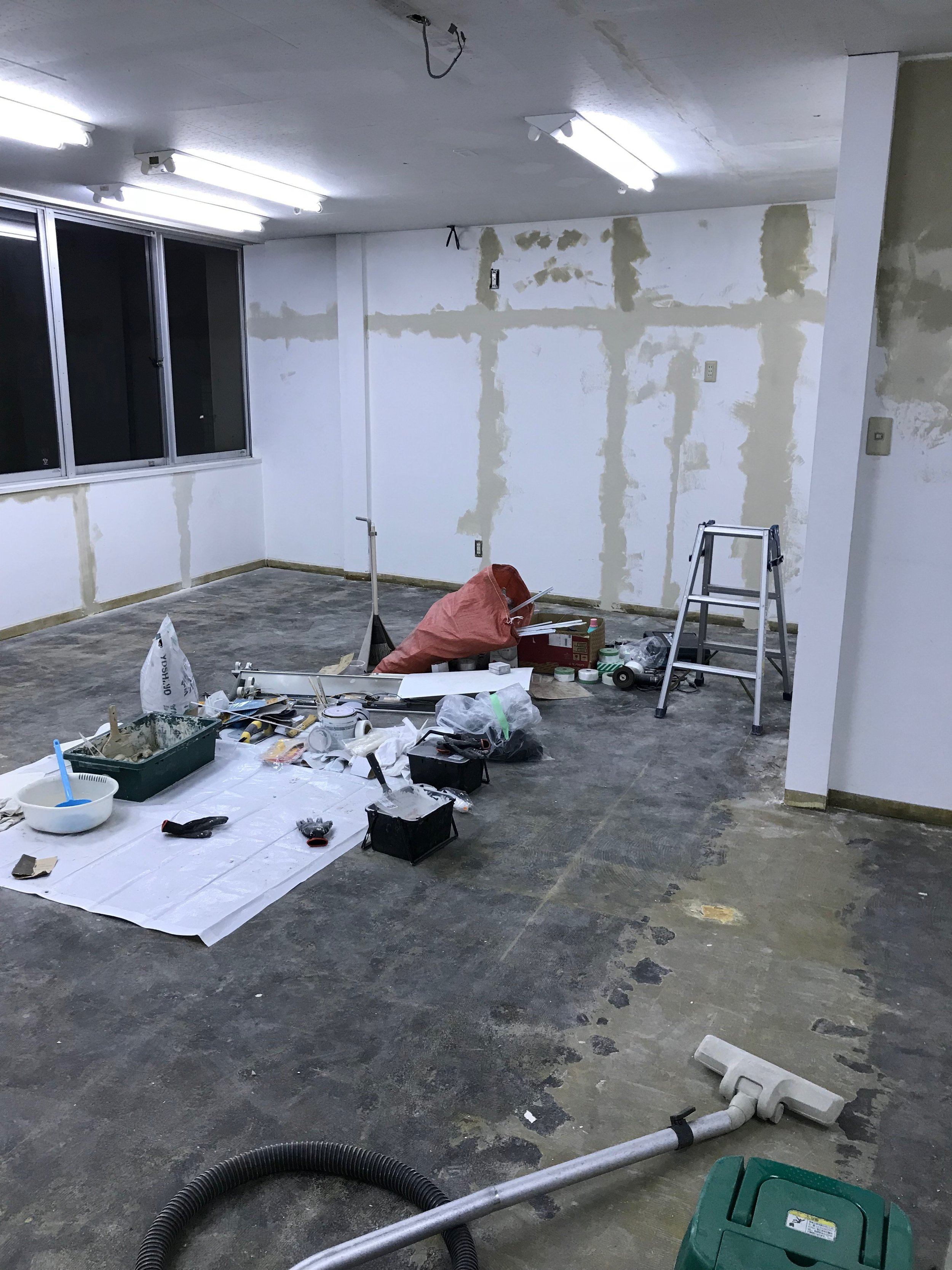 壁にパテも塗って綺麗に、綺麗に。