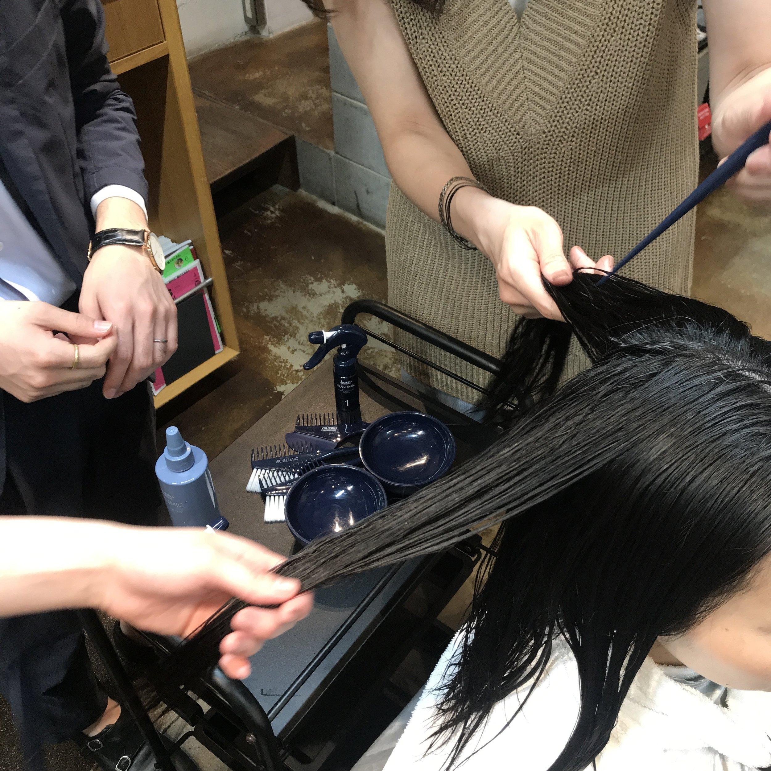 更に髪の内側のカルシウムイオンも取り除きます。  これで初めてトリートメントを受け入れる状態になりました。