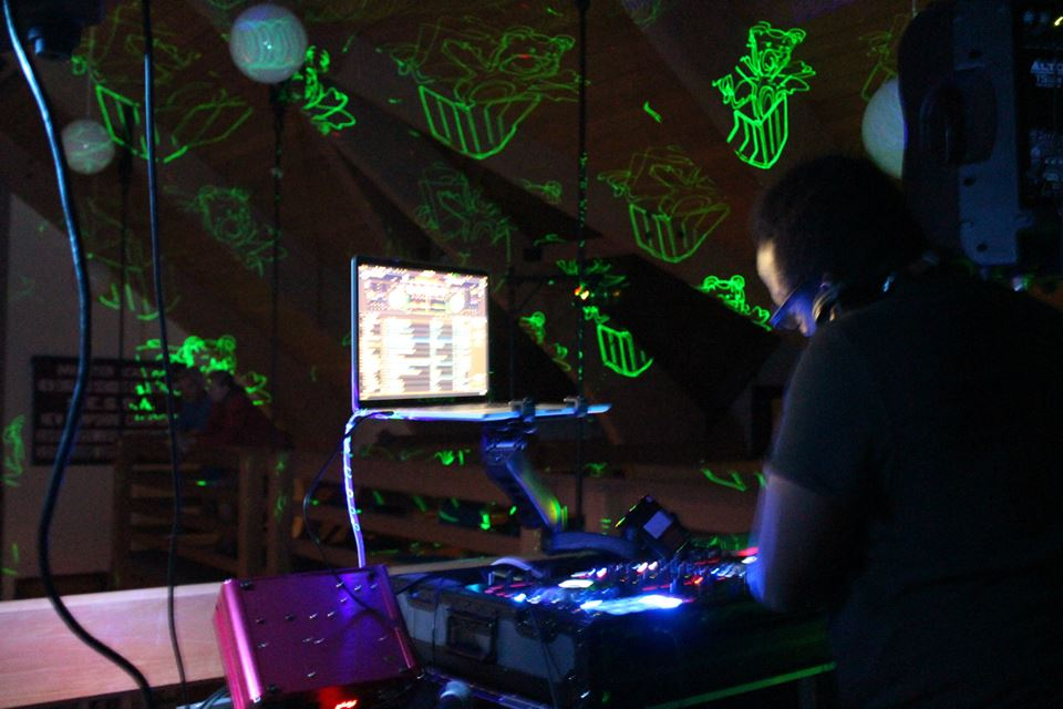 DJ+Shamar+At+Mixing..jpeg
