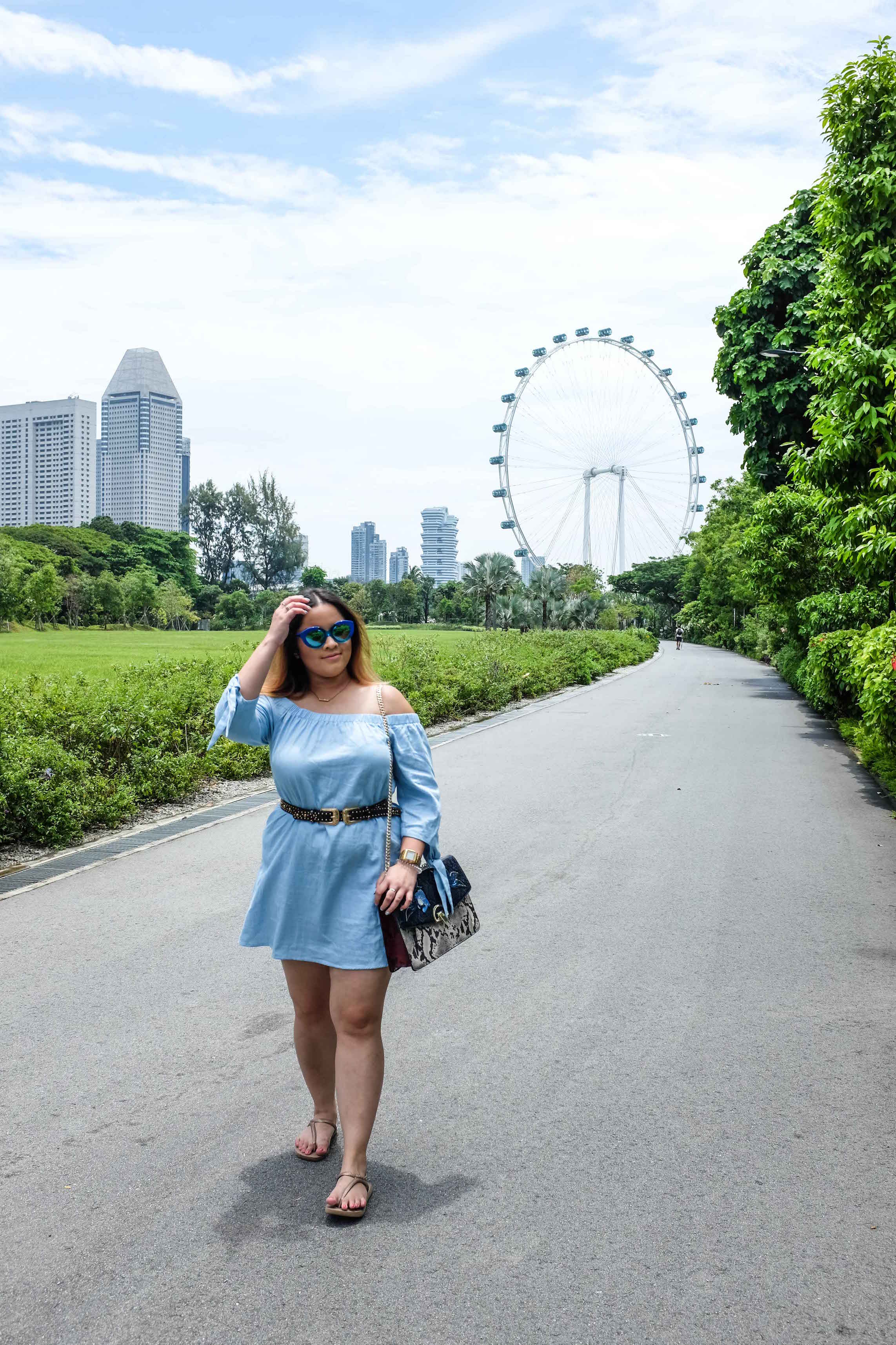 Wearing:   Tobi    Jessa Chambray Shift Dress from ( here ),    Karen Walker    sunglasses,   MANGO   Chain patched bag ( here ),    Havaianas    Sandals in rose gold ( here ).
