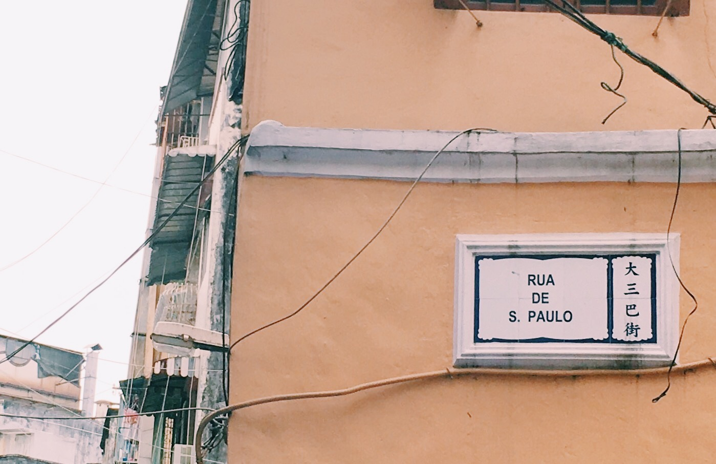 Street names are in both Mandarin/Cantonese and Portuguese.