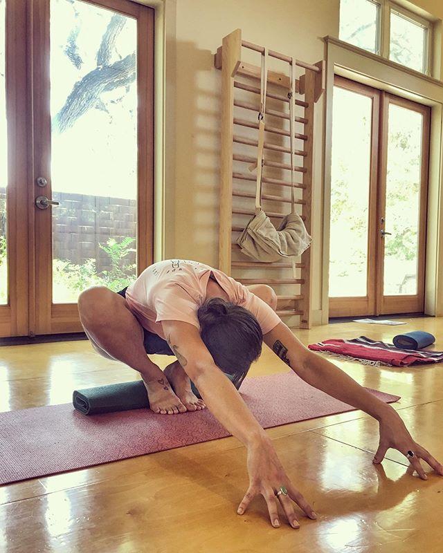 "✨F O R W A R D  E X T E N S I O N✨ 👉🏽More than just ""folding"" forward👈🏽 #malasana #forwardfold #yogini #yoga #iyengaryoga #yoginisofinstagram #yogi"