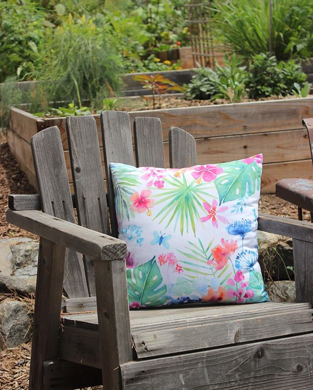 Hope you're enjoying your last bit of summer as we get closer to Labor Day weekend. I'm in the process of updating my website to bring you more products like pillows and art prints! I'll keep you posted when it's been updated. #pillowdesign #tropicalart #decorativepillows