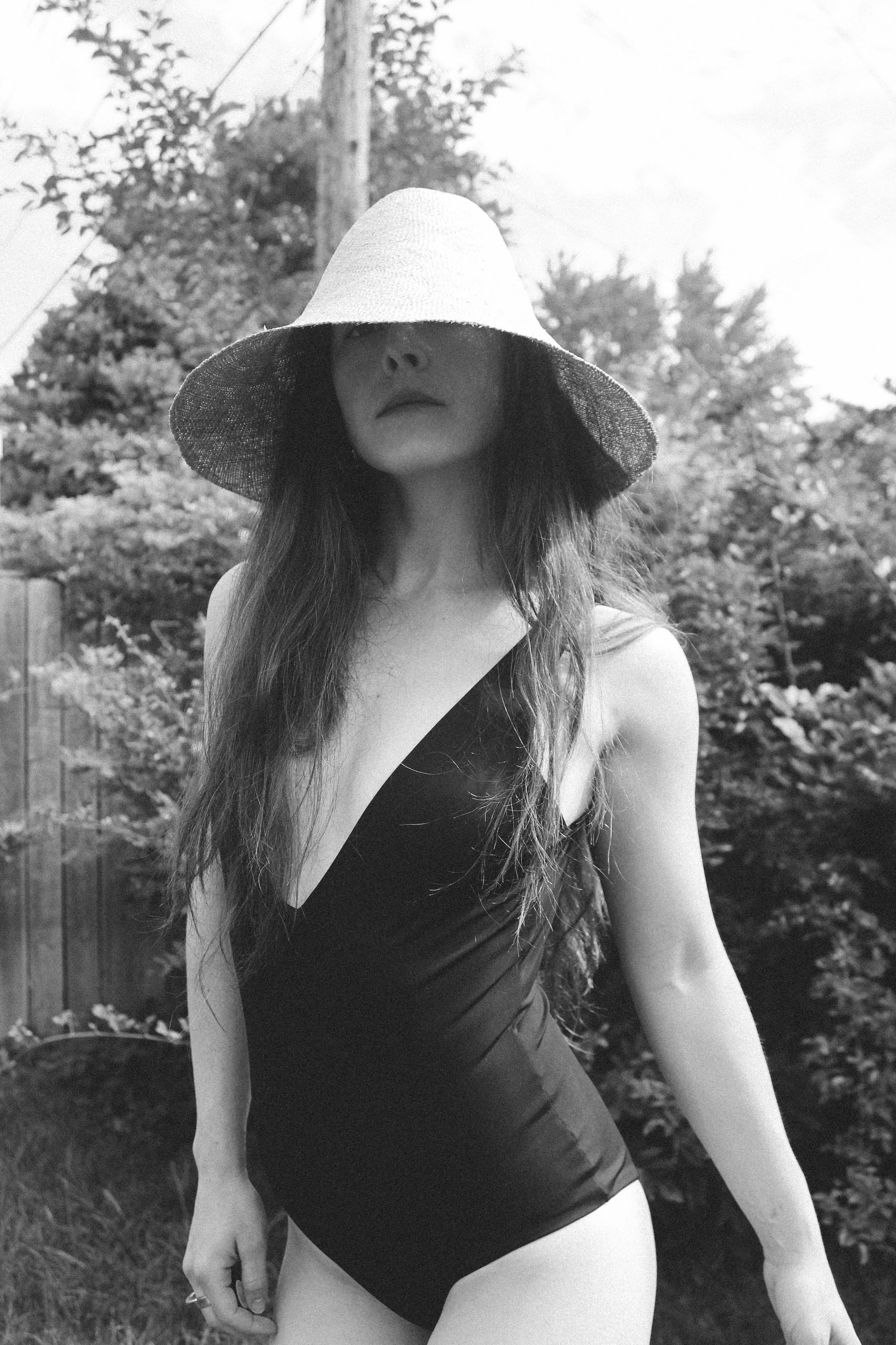 THE WYLDE EARTH KIMONO, JANESSA LEONE MADELINE HAT, AND GRANA PLUNGE SWIMSUIT. | TAYLORKRISTIINA.COM