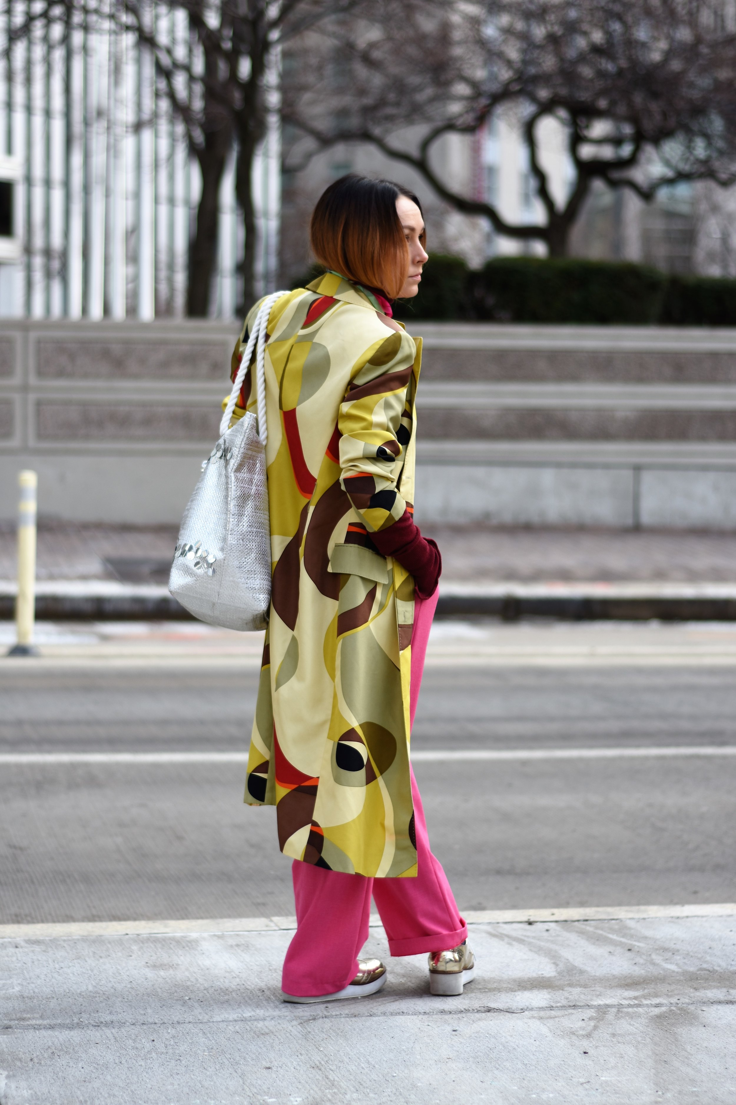how to style a printed trench coat