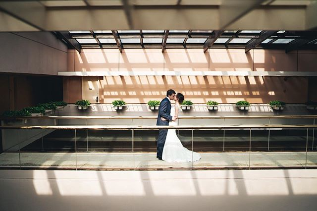 We thought we'd take a look and explore the highest floor of @regentsingapore and came across this amazing light - sometimes you can just find beauty in your surroundings where you least expect it! And our sweet couple Julie and Simon just lit up the place 😇  Senior Associate 📸: @juanchan