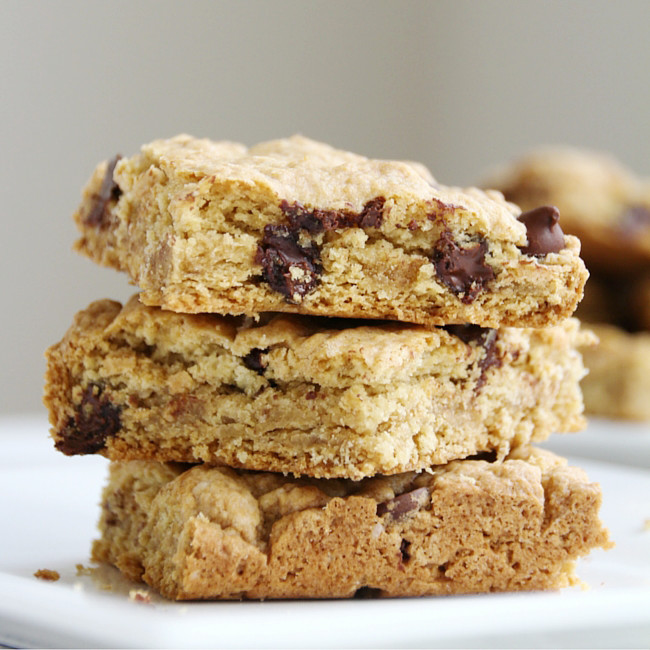 137 Calorie Skinny Blondies! // Easy to make vegan too! Pin now or save for later!