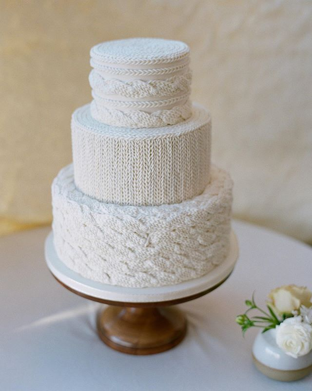 I love designing for my brides but it's extra special when a planner asks you to create for a personal event. This knitted cake embodies the coziness and warmth @laurelandrose wanted her guests to feel when they entered the room.  Planning: @laurelandrose  Photography: @cassidybrookee  Floral: @fawnsleap + @theperfectpetal  Velvet linens: @latavolalinen