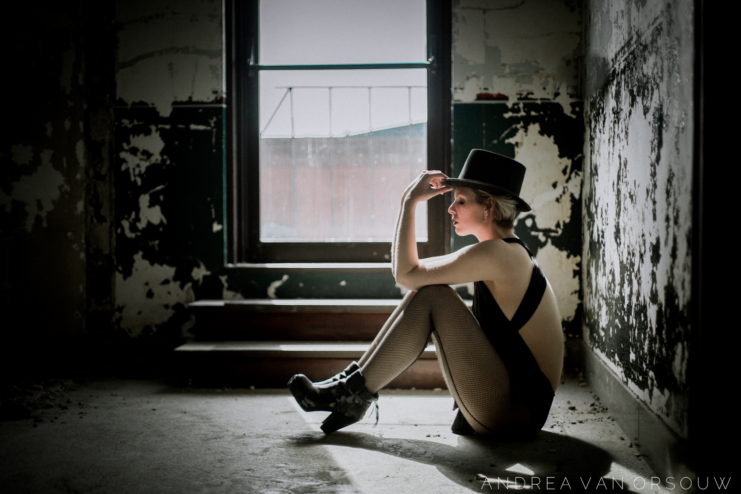 old_dilapidated_building_top_hat_red_lips_abandoned_boots_photographer_portrait_photography.jpg