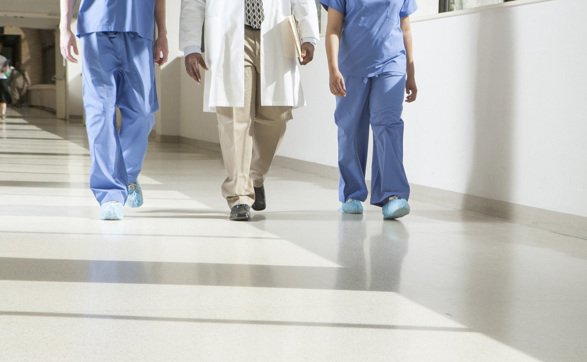doctors-in-hallway_rtrOz7CSj.jpg