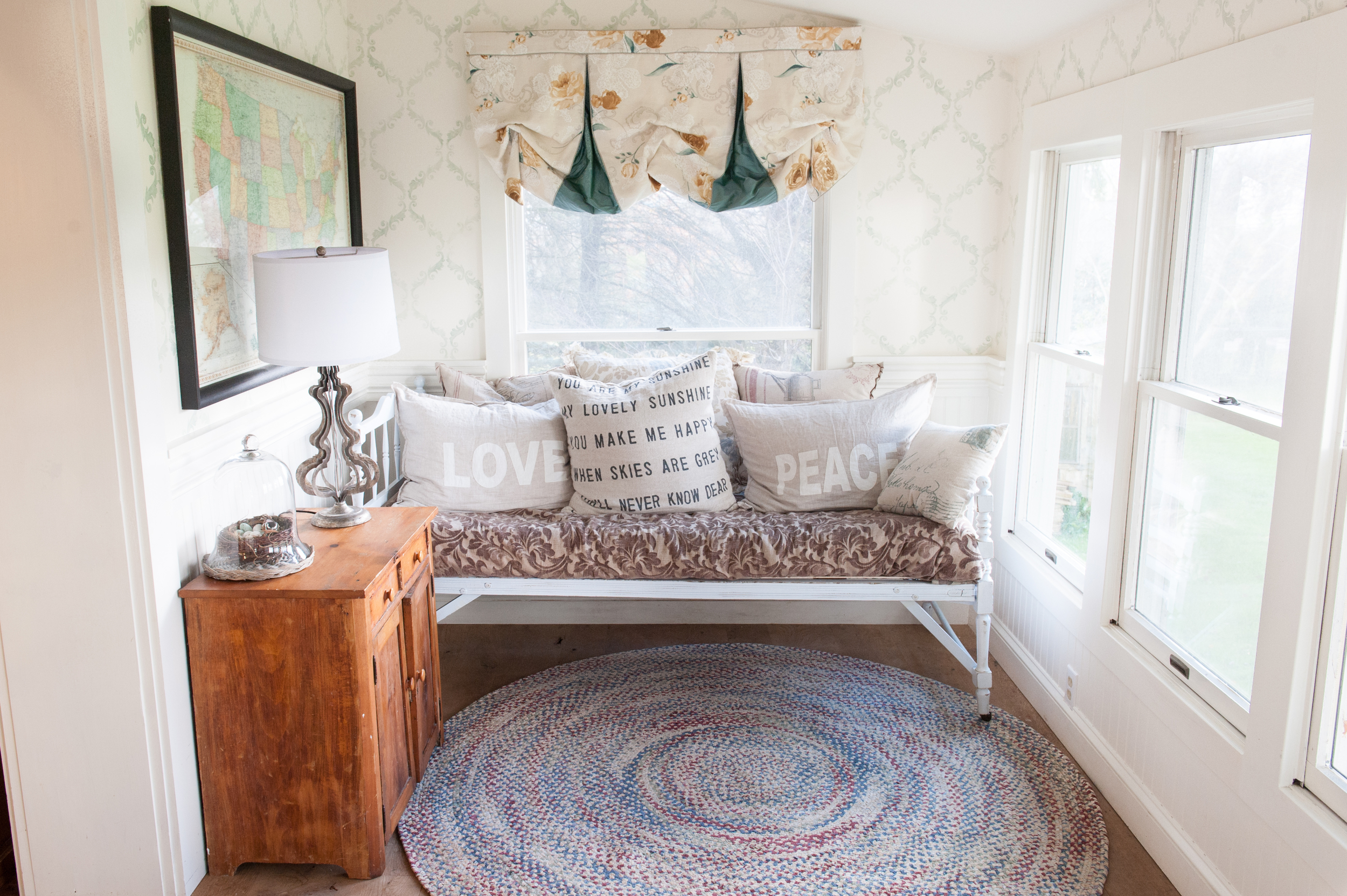 spare_room_with_light_daybed_and_pillows