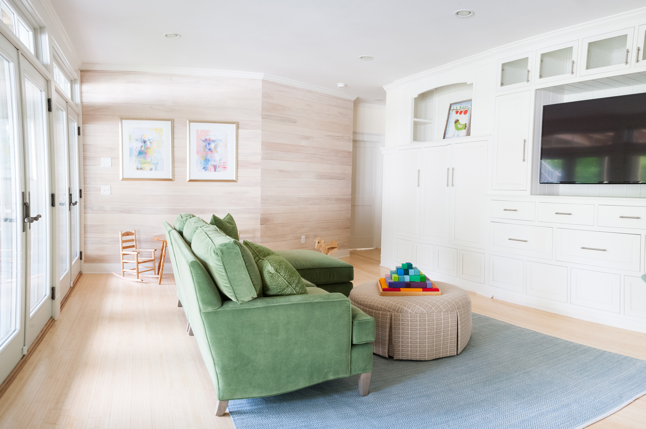 light_and_bright_living_room_with_green_couch