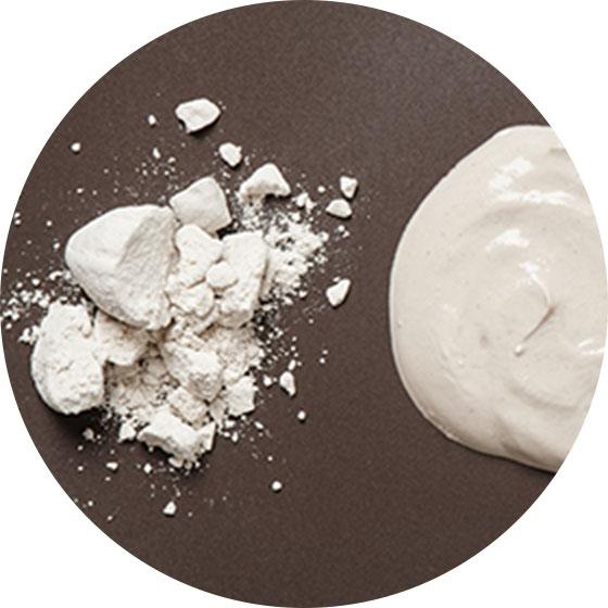 ベントナイト - 天然の粘土を精製して得られる成分で、吸着性に優れ、毛穴に詰まった皮脂や汚れを吸着して落とす働きをサポート。