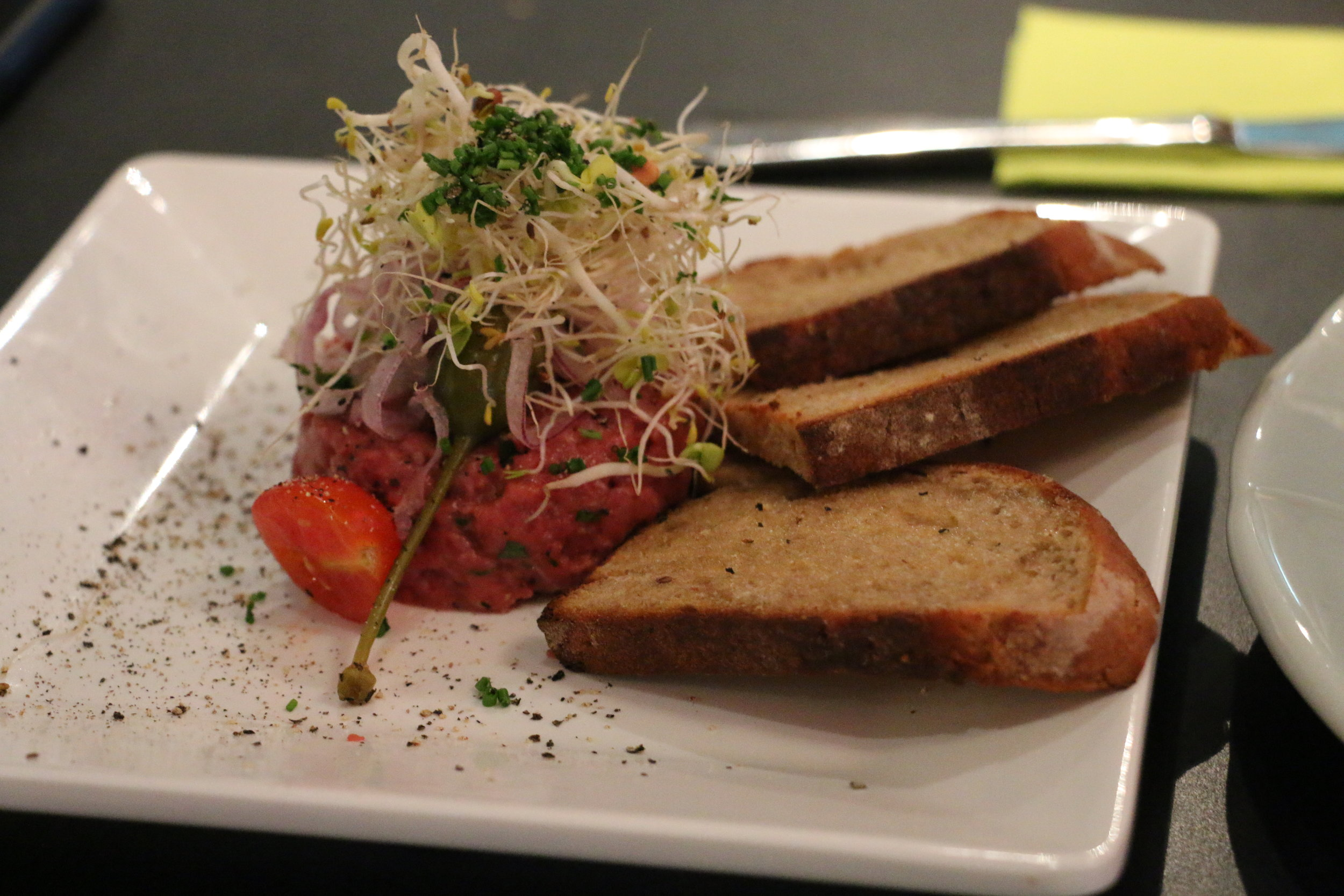 Beef Tatare mit geröstetem Schwarzbrot, Salzbutter, Kapern & roten Zwiebeln