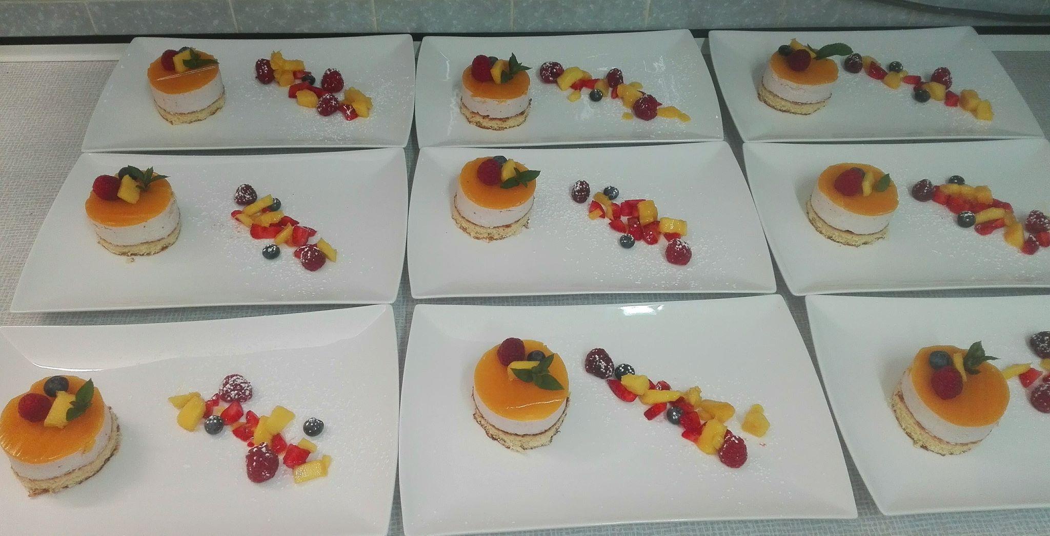 Erdbeercremetoertchen mit Mangospiegel und Maracujakern.jpg