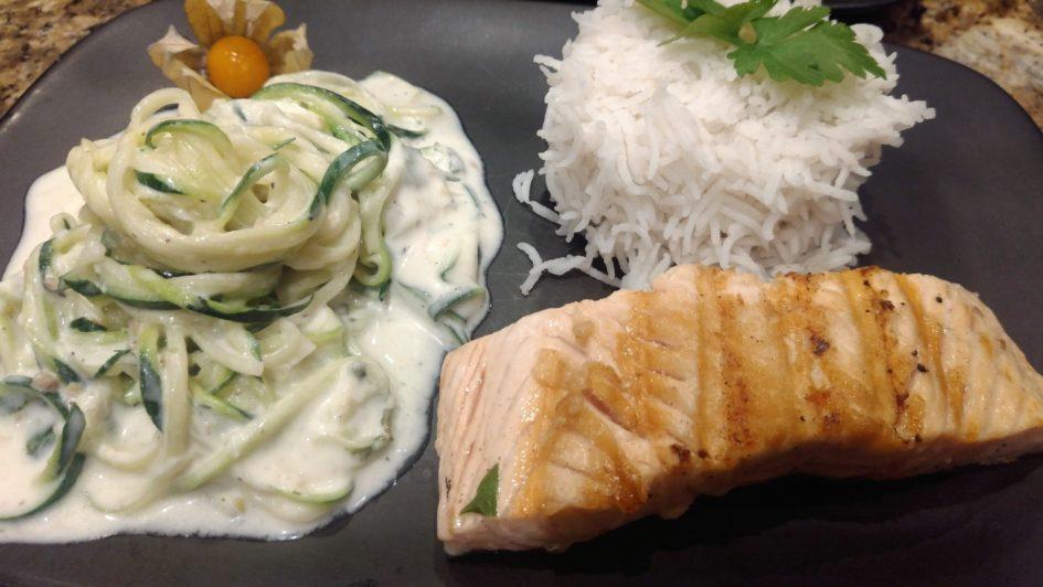 Lachs mit Zucchini Spaghetti an Zitronenoberssauce und Reis.jpg