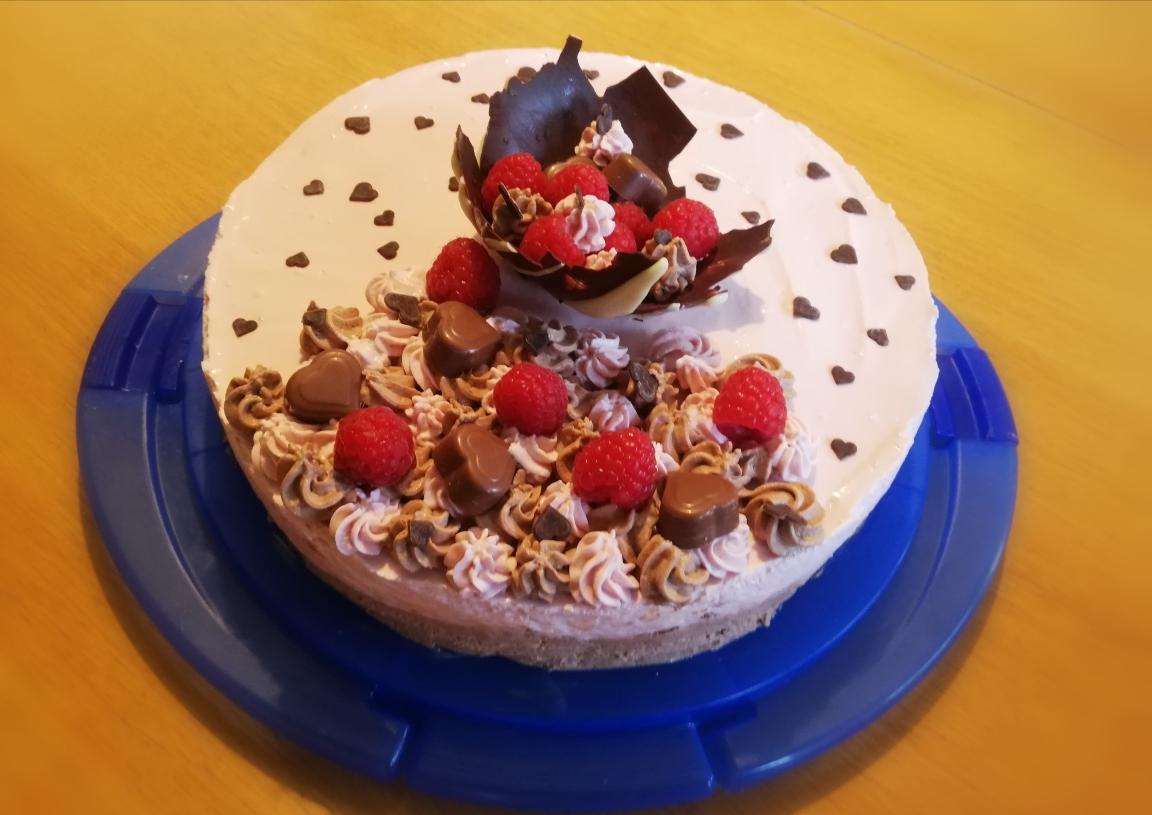 Claudias Schokolade- und Himbeermoussetorte.jpg