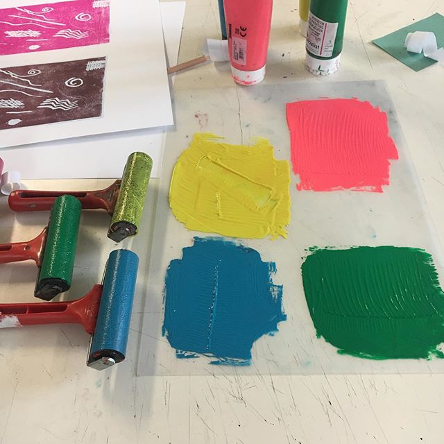 It's been a very busy week @edinburghcollege Lino printing with my students , great colours, line drawings and prints, #printmaking #linocut #linocutprint #printmaking #collegeclass #workinprogress #arteducation