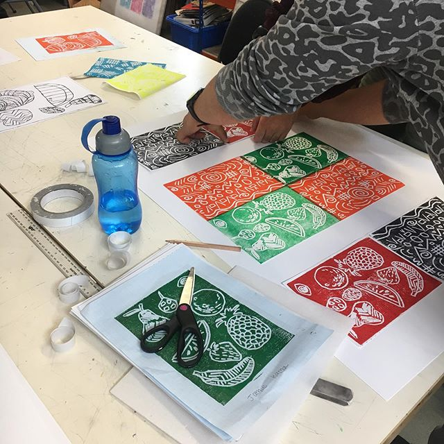 Super productive week with my level 1 &2 UAL art,design and media guys @edinburghcollege group, they are steaming ahead with their printing skills in Lino and monoprinting this week. Such a great lively group of students which I'm honoured to be working with this year #linocut #linoprinting #colour #print #studentsonamission #fruit #fruitandveg #fruityprints #goteam #scottishstudents