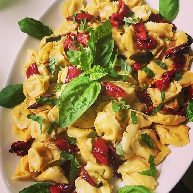 Fresh Egg Tortelloni Salad with Roasted Peppers #pasta #lunchtime #yummo