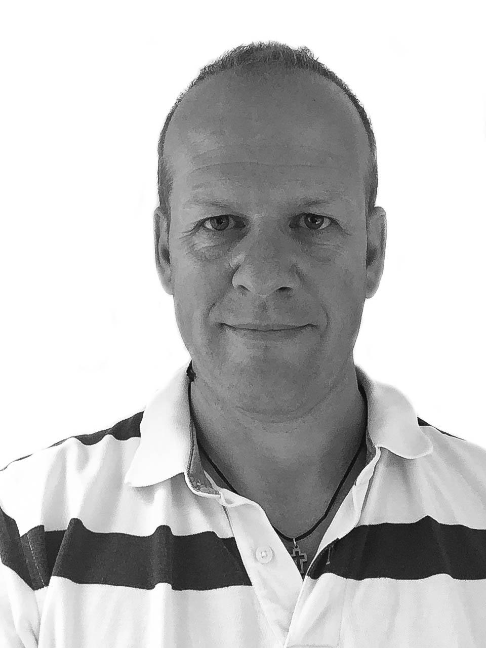 Øyvind Langelandsvik fra RBI Interiør forklarer at tregulvet kan krympe på grunn av den tørre luften. – Dette kan skape glip i skjøtene og kuv i borgene, sier han.