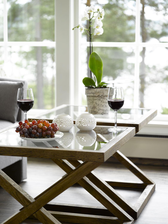 Materialrester ble til to snertne bord, snekret av hytteeieren selv. En glassmester leverte platene.