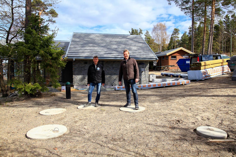 Hytteeier Jens Christian Knudsen sammen med leverandør av renseanlegget Jan-Petter Kongsberg (til venstre) i Agro & Miljø as.