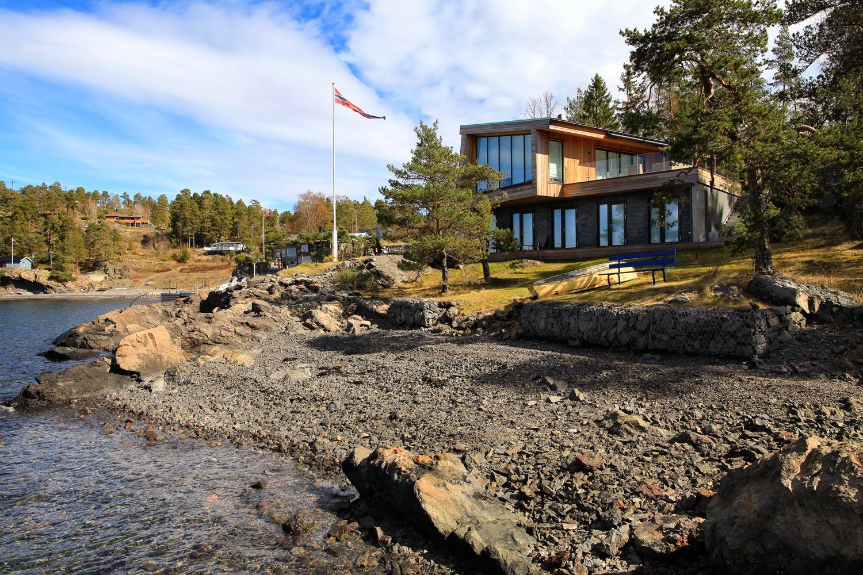 Hyttene på Jeløy står på unike og eldgamle bergarter. Grunnet fjellets sprekksystemer og høyt nivå av grunnvann gjør at man må ha den hydrogeologiske kompetansen til å forstå hvordan arbeidet i grunnfjellet skal utføres.