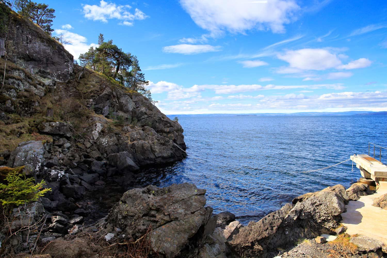 Store deler av Jeløya er en del av Oslofeltet med bergarter som er 300 – 600 millioner år gamle. Bergartene er fra den tiden hvor enkelt liv startet på jorda.