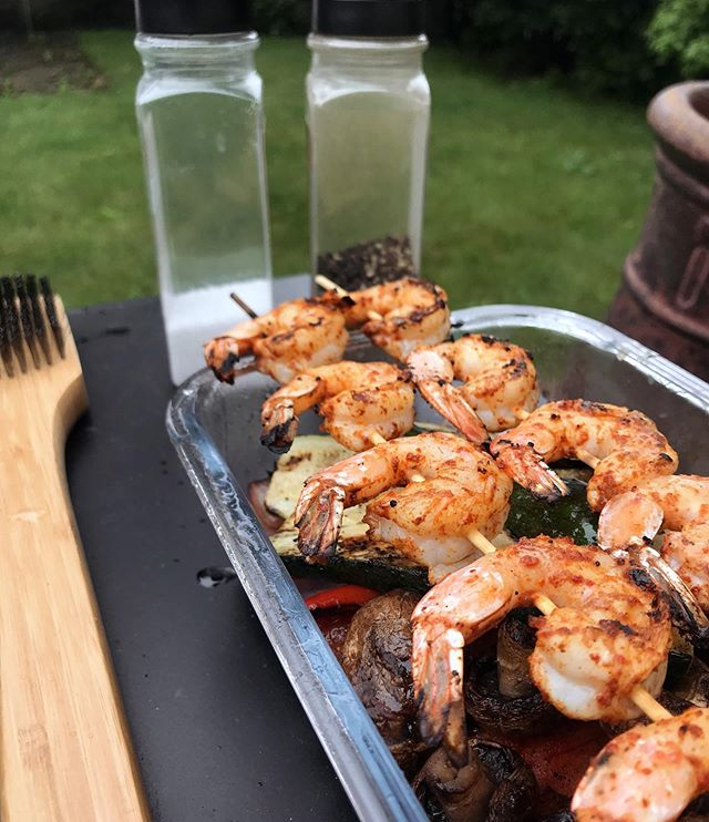 I grilled in the rain. If that isn't the biggest shout out to Dads all over I don't know what is 🤷🏼‍♀️ . . . . #swcooks #shrimpkaBOBS #grillinandchillin #eatyourveggies