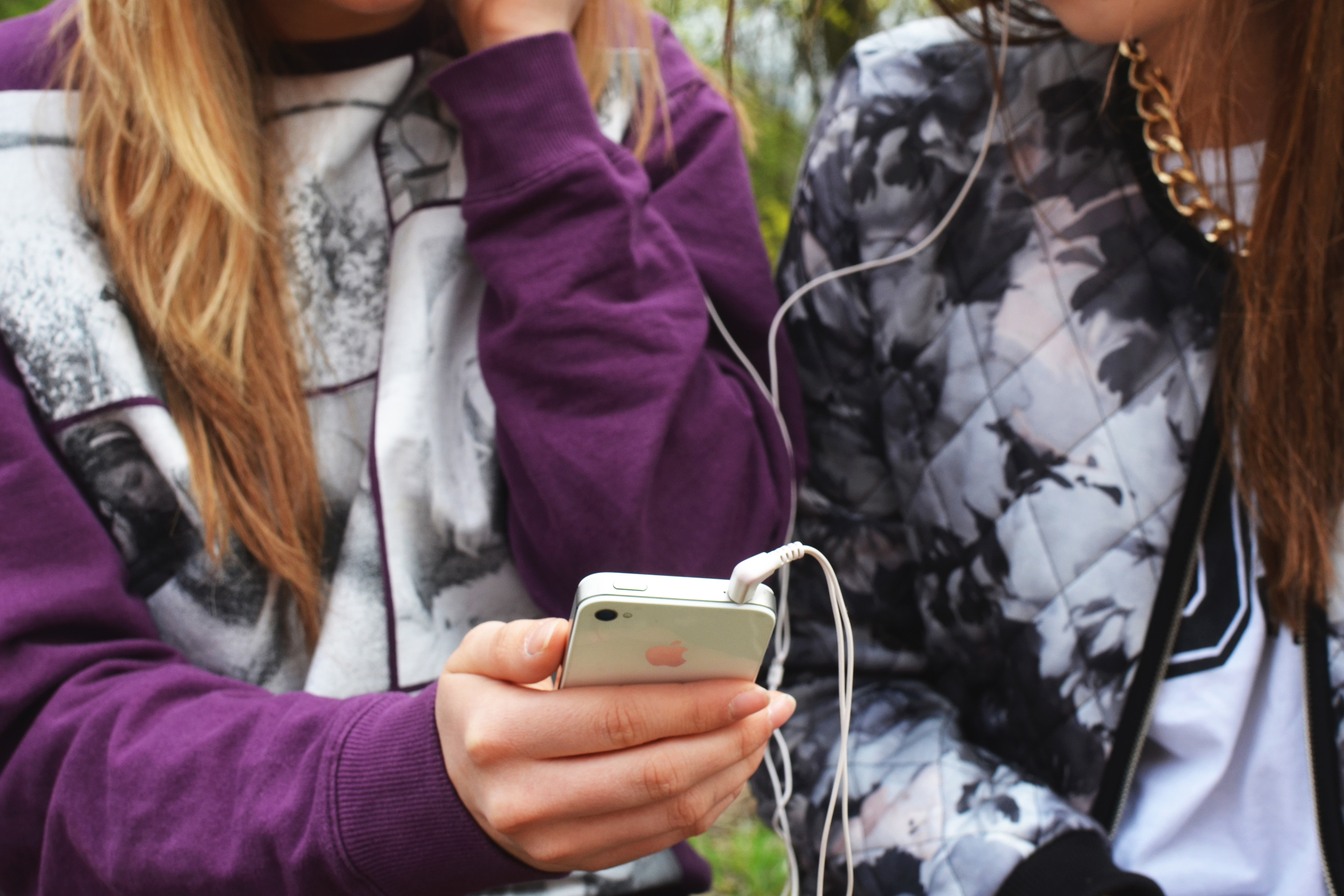 tuning-in-means-turning-off-technology-headphones-ipod-girls-Americas-Family-Coaches-radio-audio-podcast