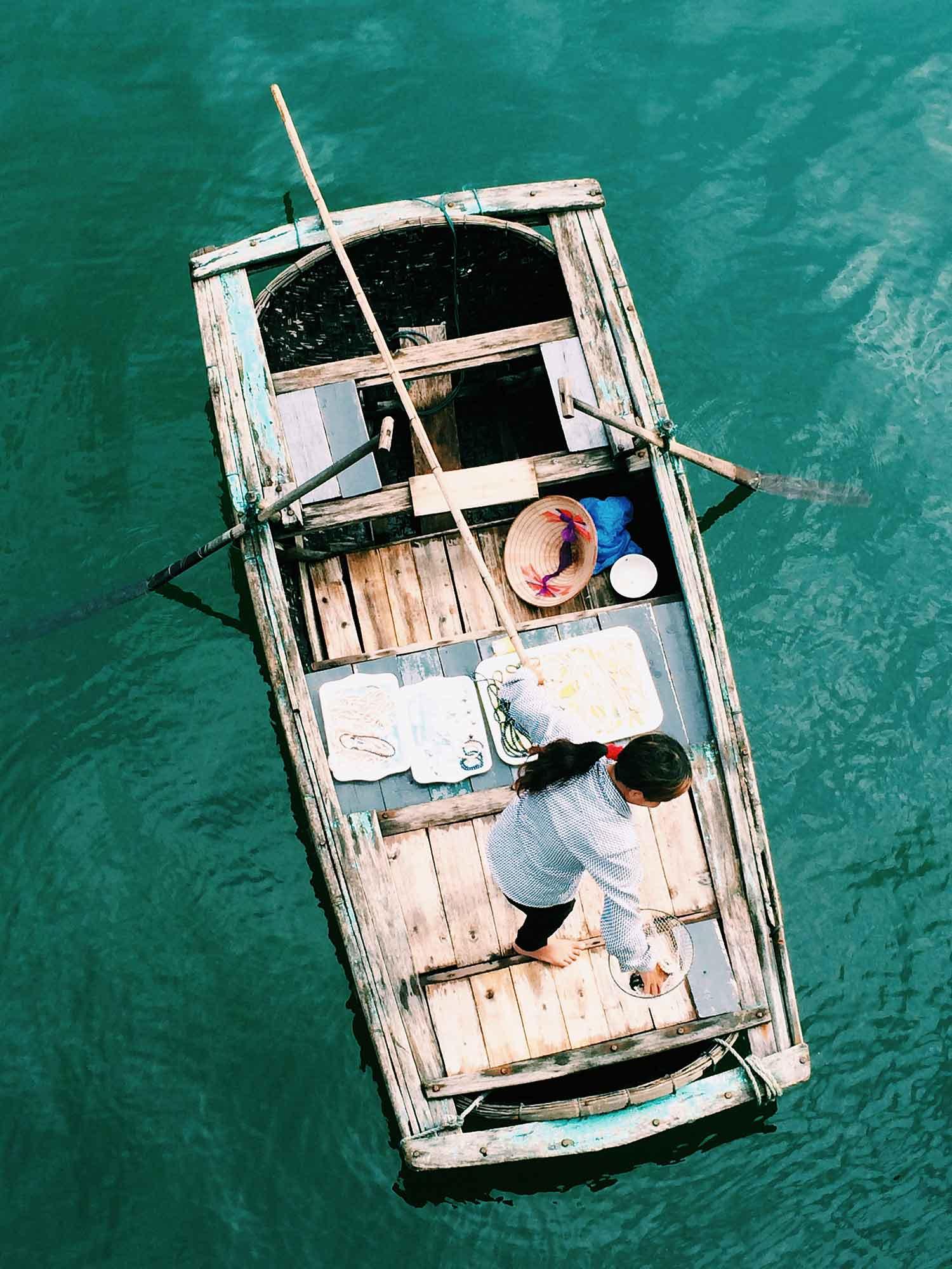 Pearl-selling-off-boat_OPT.jpg