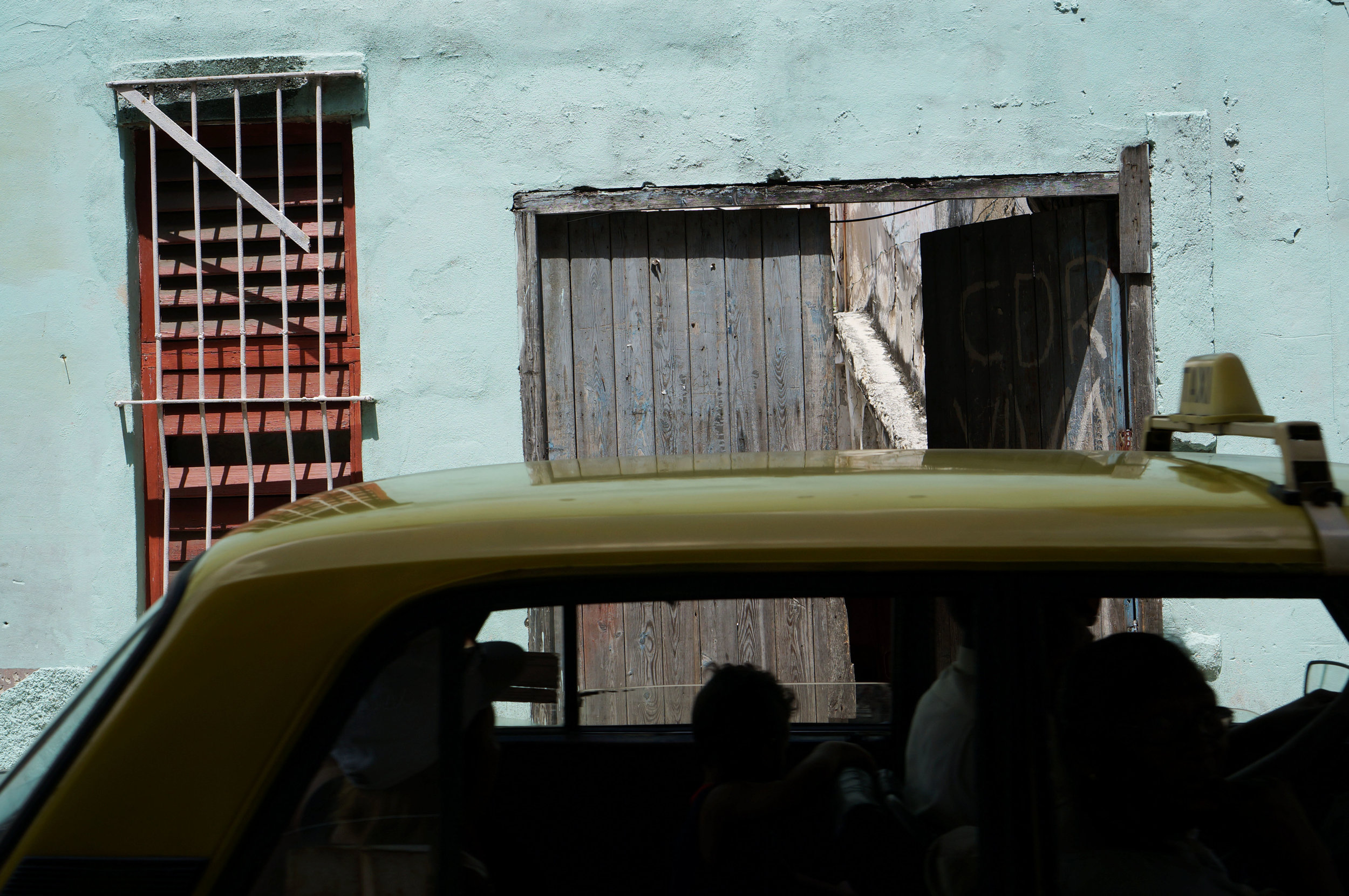 "It wasn't until I was going through my photos that I noticed ""CDR Viva"" painted on the door. (CDR =Committees for the Defense of the Revolution /Comités de Defensa de la Revolución)"