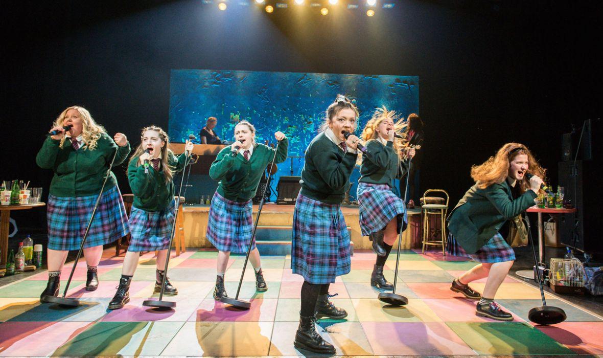 l to r.: Caroline Deyga, Kirsty MacLaren, Joanne McGuiness, Frances Mayli McCann, Dawn Sievewright, Karen Fishwick (photo: Manuel Harlan)