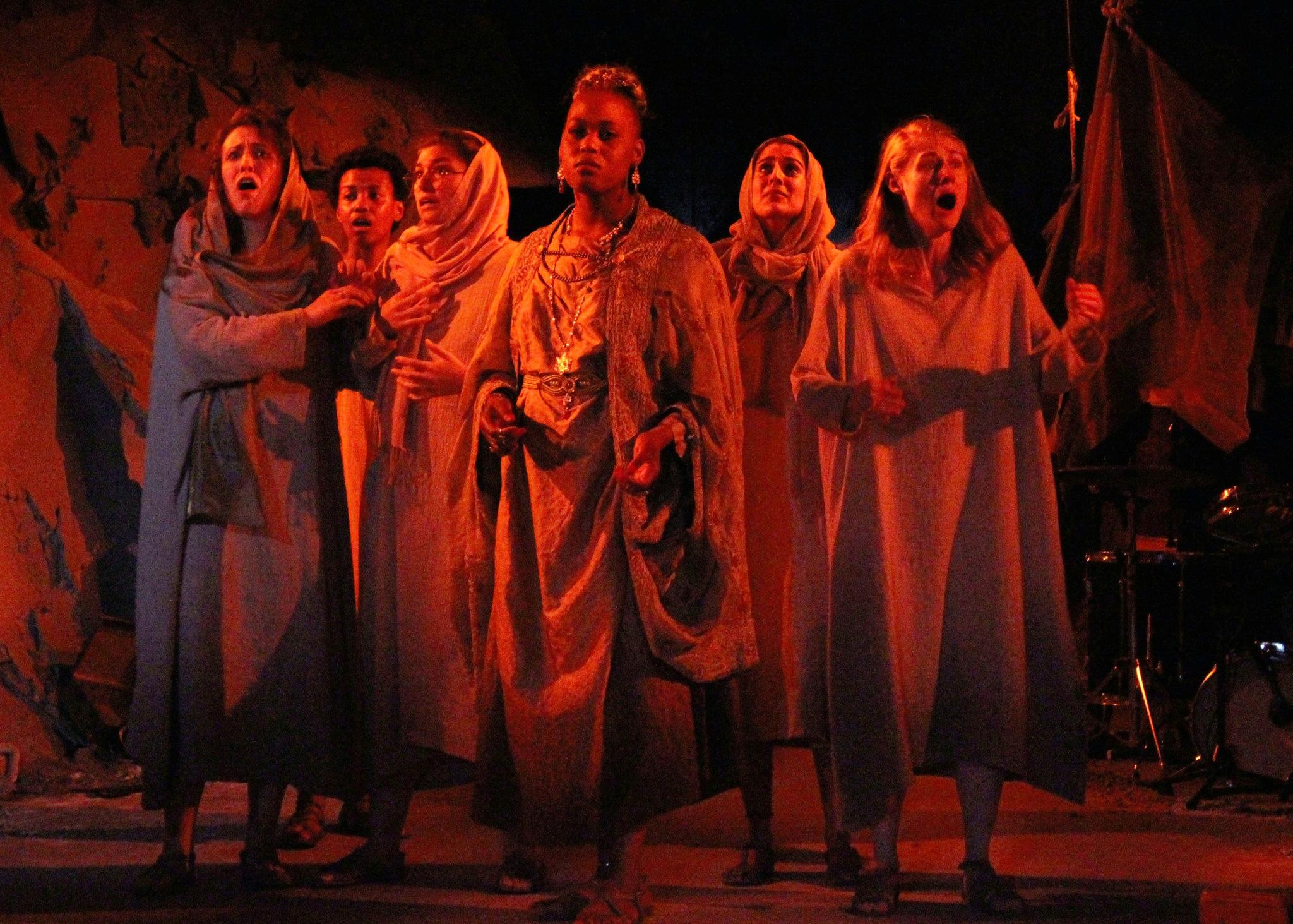 The Trojan women (Danielle Chaves, Kineta Kunutu, Evelyn Giovine, Antoinette Crowe-Legacy, Sohina Sidhu, Rachel Kenney) (photo: Leandro A. Zaneti)