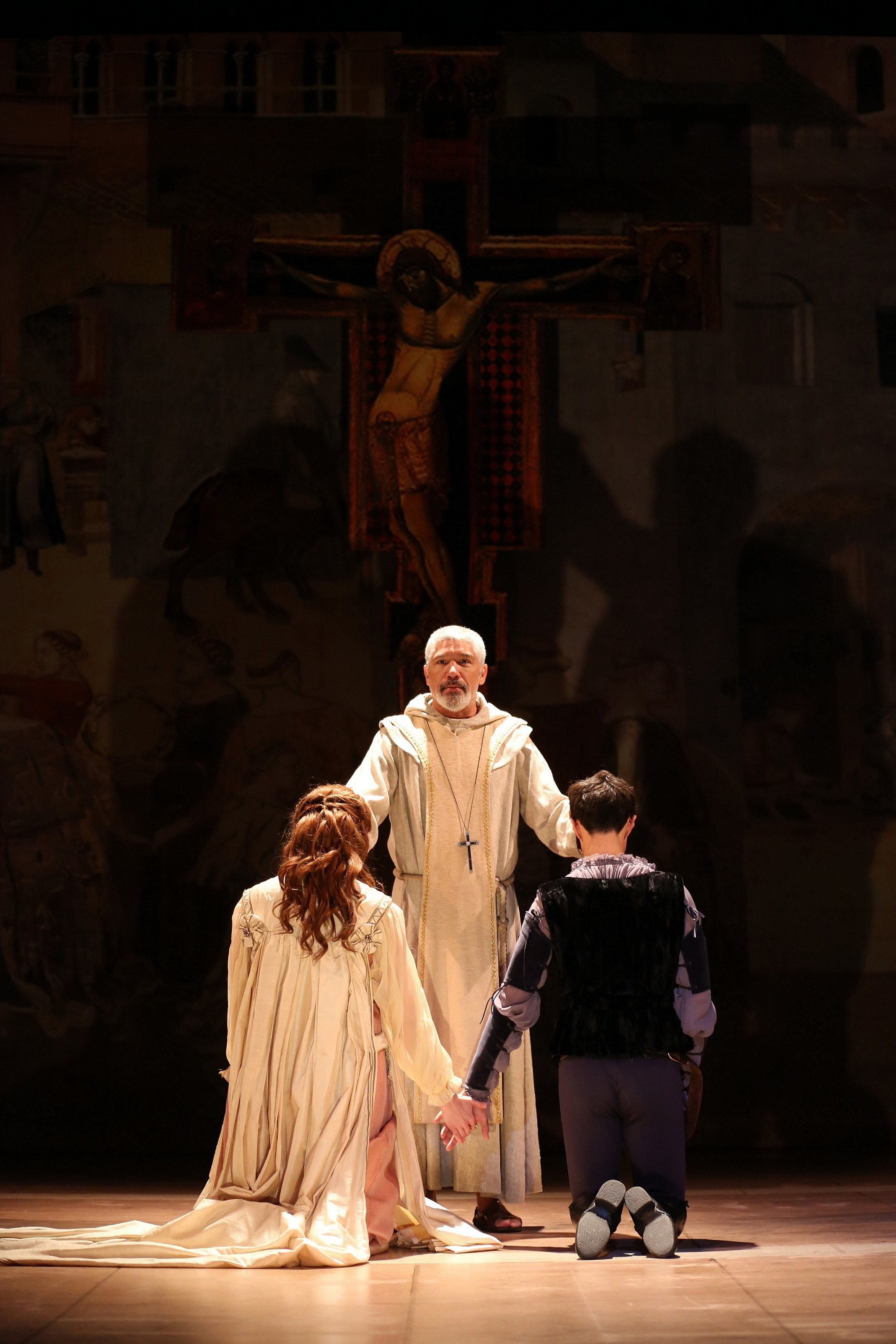 Foreground: Juliet (Nicole Rodenburg), Romeo (James Cusati-Moyer); Friar Laurence (Peter Francis James)
