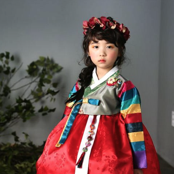 Korean photographer Sung Chul Chang has captured stunning images of children wearing Hanbok.  Photo:  sung.chul.chang   (   https://instagram.com/studio_creah   )   Model:  신린아