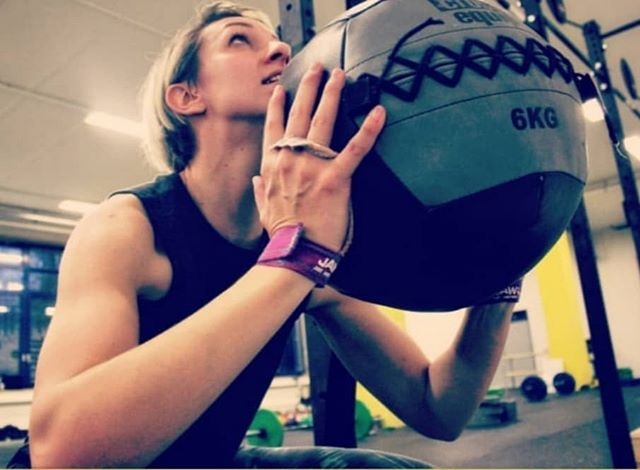 Wer liebt nicht auch Wallball Shots? ....Short people don't 🤭🏀 #crossfit #Bootcamp #wallballs #wod #workout #Training #fitness #gym #motivation #dietikon #zürich #fit #fitnessmotivation #fitwerden
