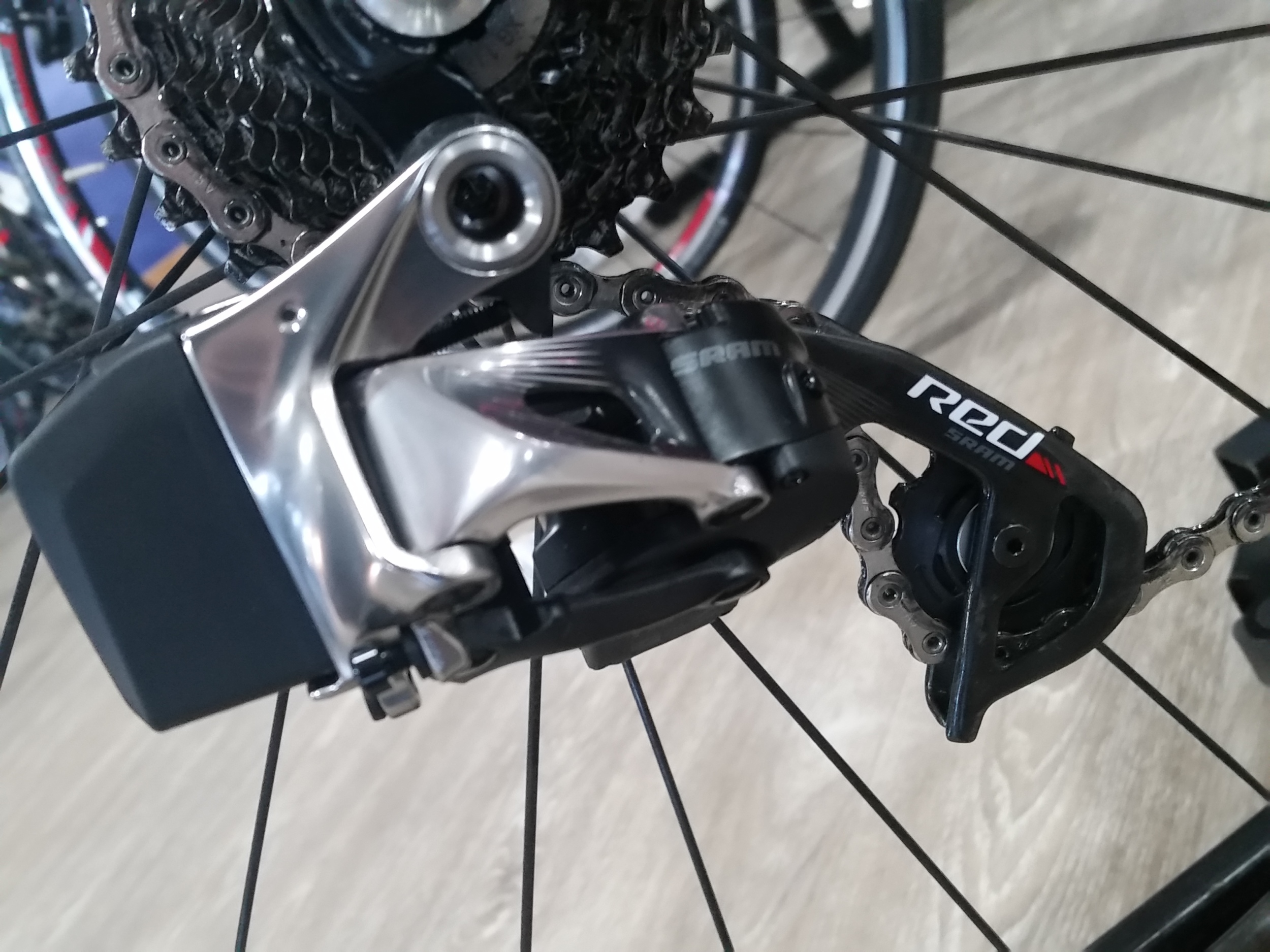 Look ma, no wires. Rear Derailleur, the small black piece is the battery.