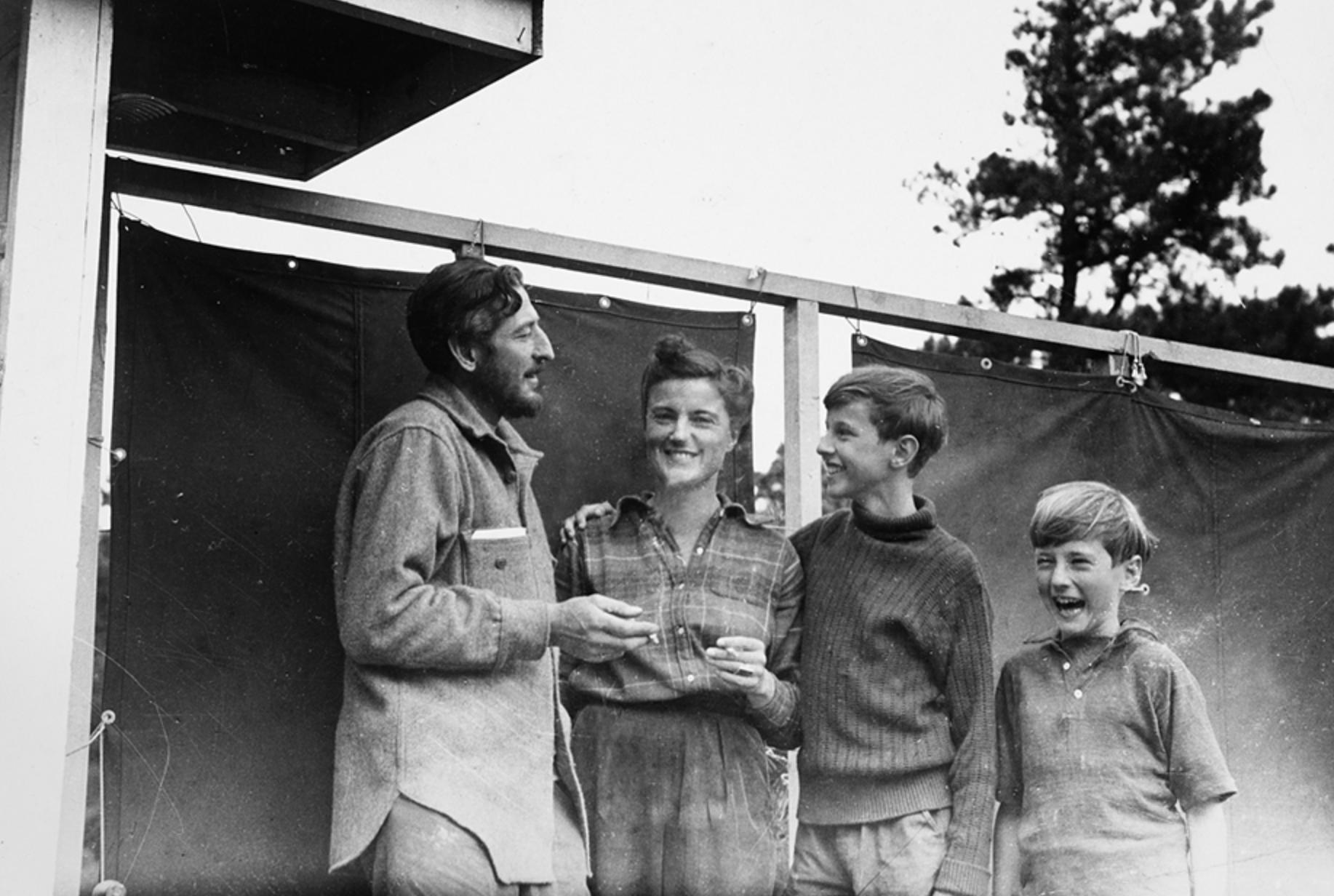 En la foto:  Barbara Maitland May ,  la británica , con sus hijos Ivan y Tom, y con Serge Chermayeff,  el brillante arquitecto ruso vinculado a la etapa estadounidense de la Bauhaus .