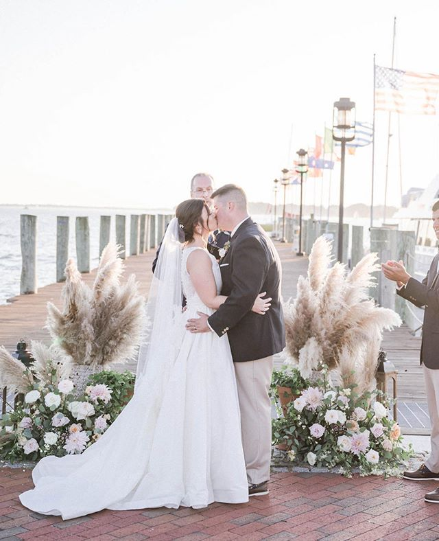 A lot of brides choose their ceremony location base in the scenery around it. Our job is to enhance that view and set the stage for the first kiss!!! This set up is quickly becoming a favorite. 🌾🌸 . . 📷: @amacdonaldphoto