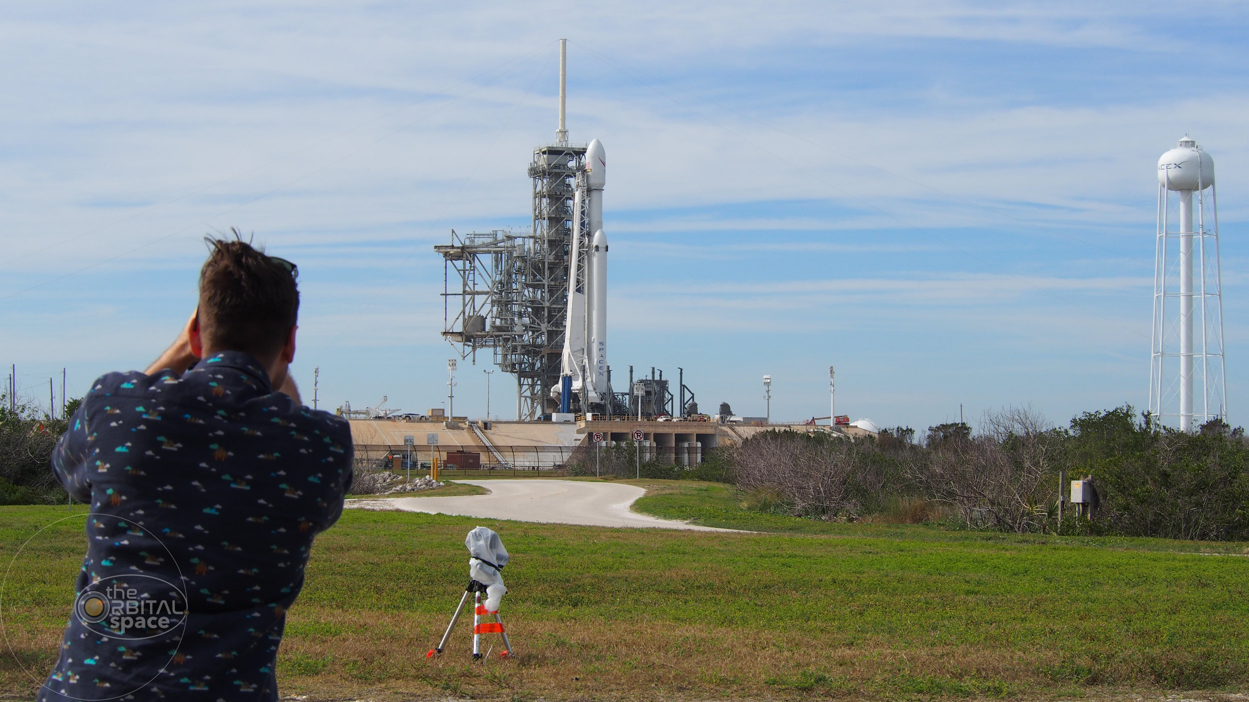 Photographer snaps shot of SpaceX's Falcon Heavy at LC-39A