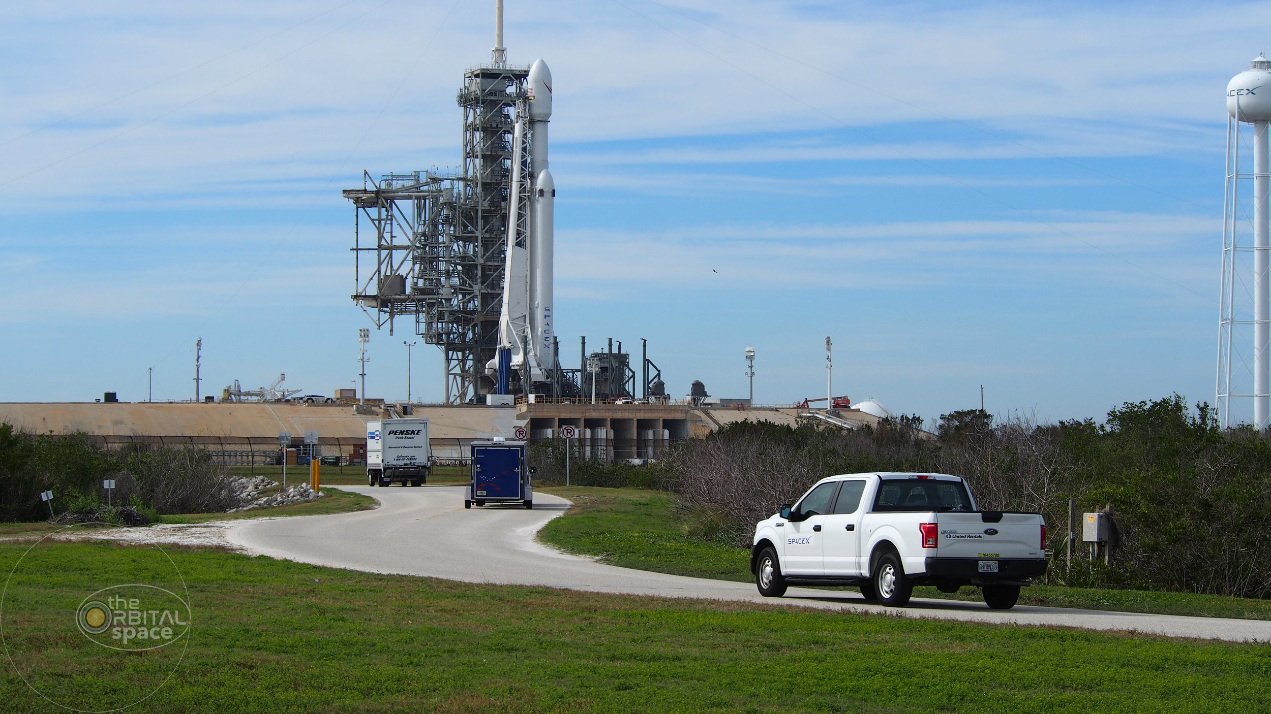 SpaceX truck drives toward Falcon Heavy at NLC-39A